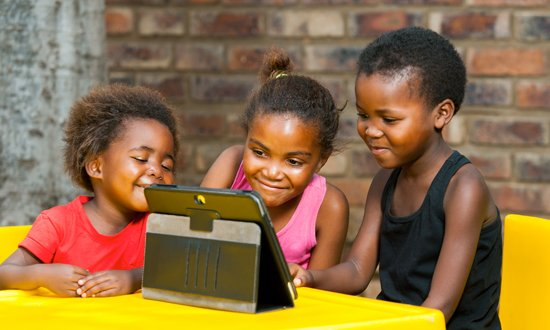 Kids with Ipad - 550x330